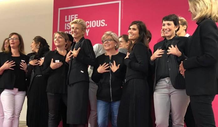 Encourager toujours plus de femmes en France à participer au dépistage du cancer du sein, c'est le but affiché de la campagne Octobre rose. Ici, à l'exposition d'Ozalys présentée à Paris les 4 et 5 octobre. © CMyNewMe/ Facebook