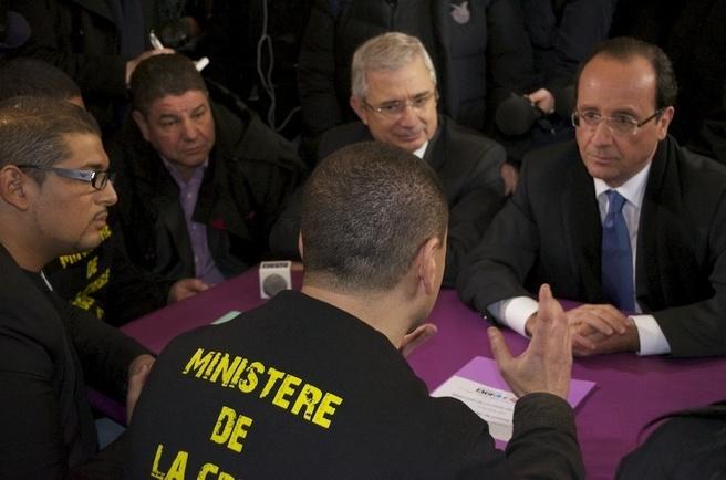 François Hollande échange avec le collectif ACLEFEU. © collectif ACLEFEU.