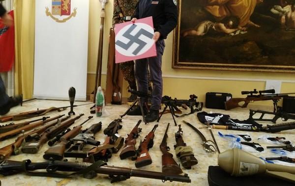 Un attentat visant une mosquée en Toscane, en Italie, a été déjoué, après l'arrestation de militants d'extrême droite mardi 13 novembre. Un véritable arsenal a été découvert dans plusieurs lieux perquisitionnés, comme en témoigne cette photo prise par la police italienne.