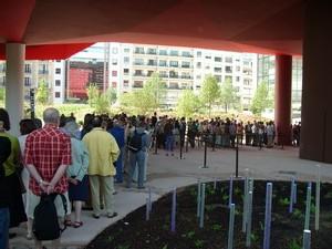 La queue dans les jardins du musée
