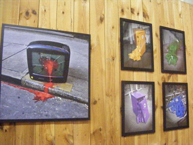 """Les photographies du travail """"d'interventions urbaines"""" de l'artiste Lor-K, exposées au pavillon jeunesse, alors qu'elle venait partager sa vision de l'art avec les jeunes du salon."""