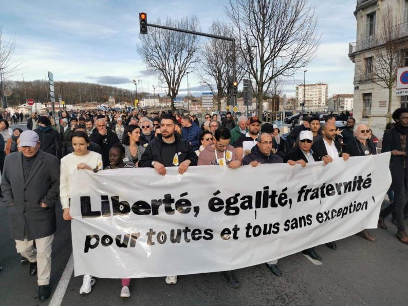 Plusieurs centaines de personnes ont défilé, dimanche 15 décembre, afin de marquer leur soutien aux deux victimes de l'attaque islamophobe perpétrée contre la mosquée de Bayonne le 28 octobre 2019. © Twitter / SOS Racisme