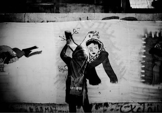 A l'occasion de la journée internationale de la femme, une association d'artistes réalise des peintures dans la rue du centre ville de Gaza. Aucun des représentants du Fatah et du Hamas invités n'ont été présents. © Frédéric Sautereau