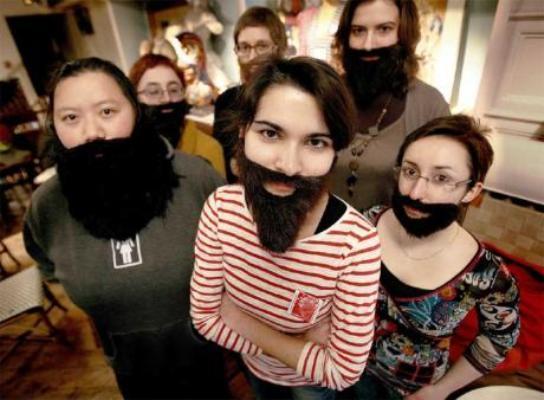 En France, un collectif féministe ont mis en avant des « femmes à barbes » pour dénoncer la faible sous-représentativité des femmes dans le monde politique.