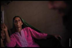 Une Pakistanaise membre d'un village où le SIF intervient, l'une des photos de l'exposition « L'épreuve de la vie, les preuves du courage», de Vali Faucheux.
