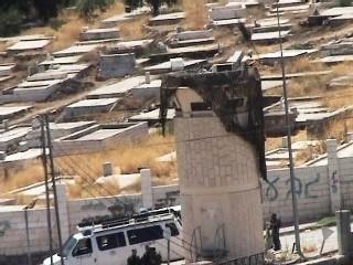 Barrage militaire israélien à l'entrée de la colonie juive d'Hébron. Derrière, un cimetière musulman interdit aux Palestiniens. Hébron, août 2006.