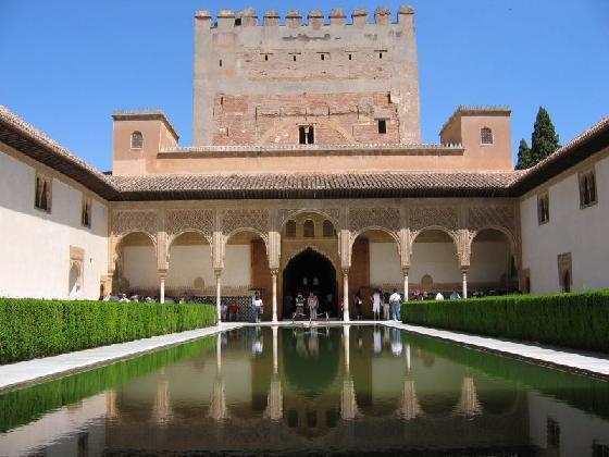 """L'Alhambra (""""Forteresse rouge"""") se situe sur une colline à la limite sud-ouest de Grenade. C'était le Palais habité depuis le XIIIe siècle par les derniers rois maures de l'Espagne du Sud."""