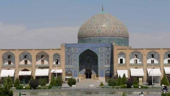 A Ispahan, la Mosquée du cheikh Lutfallah fut édifiée entre 1602 et 1619 par Abbas Ier le Grand qui la dédia à son beau-père cheikh Lutfallah, docteur de la loi.