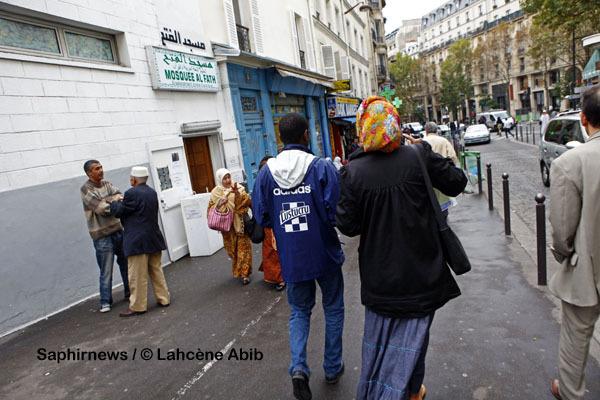 Devant la mosquée Al Fath, rue Polonceau, dans le 18e arrondissement, l'un des quartiers de Paris aux multiples origines culturelles.