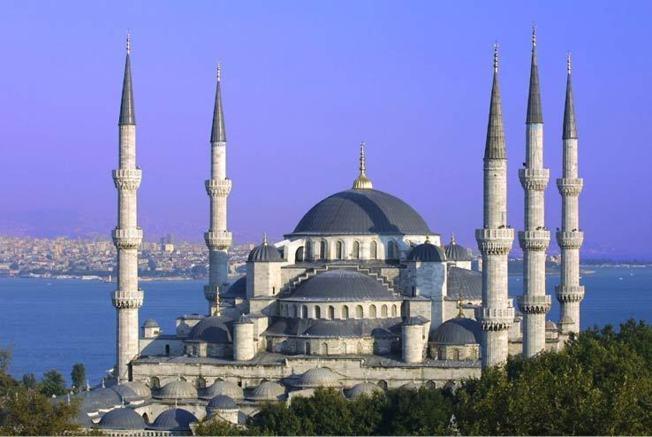 La Mosquée bleue (ou Sultanahmet Camii) est une des mosquées historiques d'Istanbul, capitale de l'Empire ottoman (de 1453 à 1923).