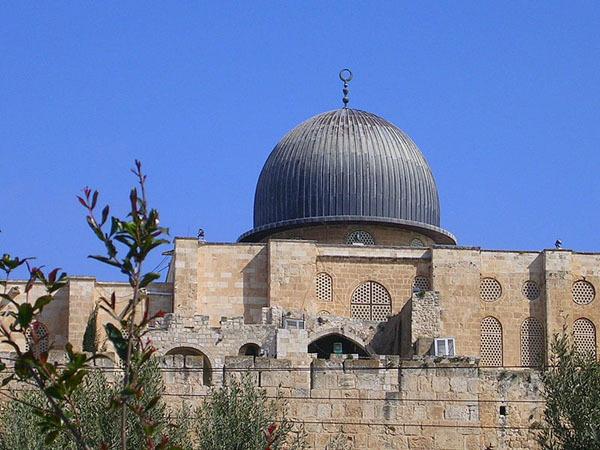 La mosquée al-Aqsa, construite au VIIe siècle, est la plus grande mosquée de Jérusalem (al-Quds) : 5 000 fidèles peuvent y prier.