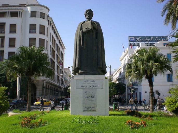 Statue d'Ibn Khaldoun, sur l'avenue habib Bourguiba, à Tunis.