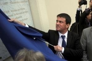 Manuel Valls dévoilant la plaque inaugurative de la mosquée. © Thierry Suzan/CUS