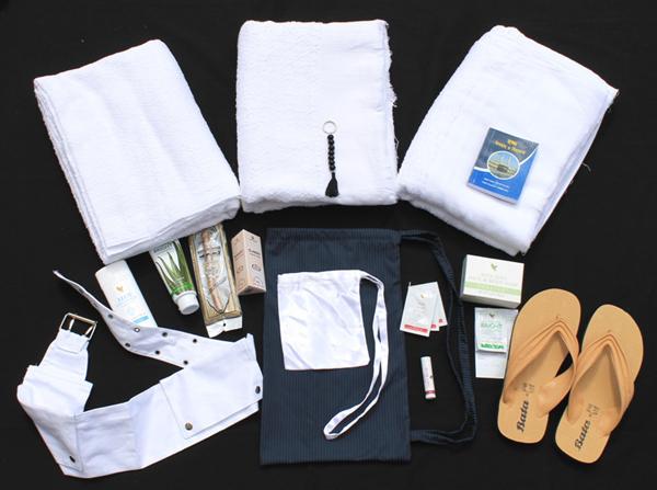 En vogue, les kits « Spécial hajj ». Celui contient notamment deux « ihram », une paire de sandales, une ceinture pouvant contenir papiers et argent, des effets de toilette. D'autres proposent également un coussin gonflable, une gourde, les plans des Lieux saints, etc.