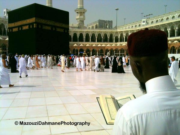 Lecture du Coran en face de la Ka'ba, à La Mecque (Arabie Saoudite).