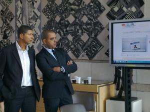 Le directeur de Mozaïk RH Saïd Hammouche (à g.) aux côtés d'Abdelhak Kachouri, du Conseil régional Ile-de-France.