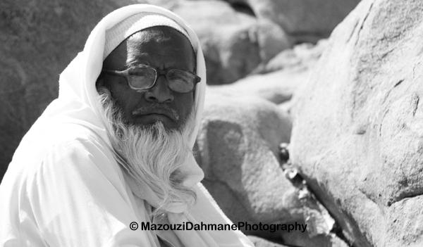 A La Mecque, un pèlerin indien prend une pause après de longues heures de prière.