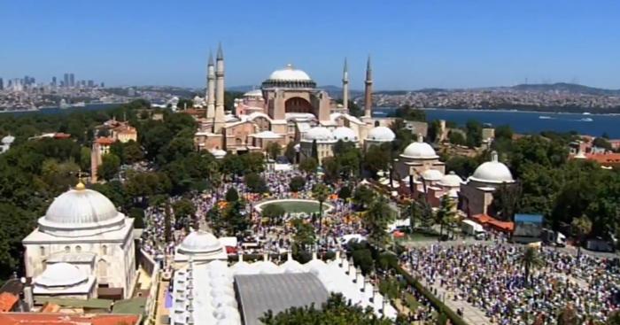 Turquie : une foule massive pour la première prière du vendredi à Sainte-Sophie depuis 1934 (vidéo)