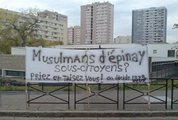 L'une des banderoles des manifestants de l'Union des associations musulmanes d'Epinay lors d'une manifestation devantr la mairie, samedi 6 octobre.