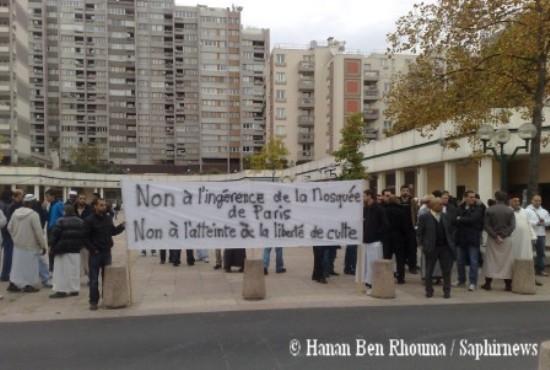 Des membres de l'Union des associations musulmanes d'Epinay (UAME) manifestant contre l'ingérence du maire.