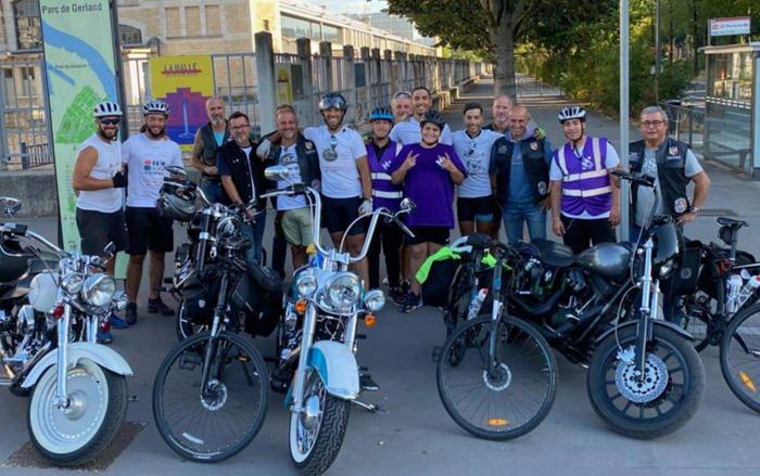 Après un aller-retour de 1 200 kilomètres au nom de la lutte contre la maltraitance infantile, les jeunes cyclistes, bénévoles associatifs, ont été accueillis par les bikers d'Ubaka à l'arrivée à Lyon le 21 août. © Ubaka