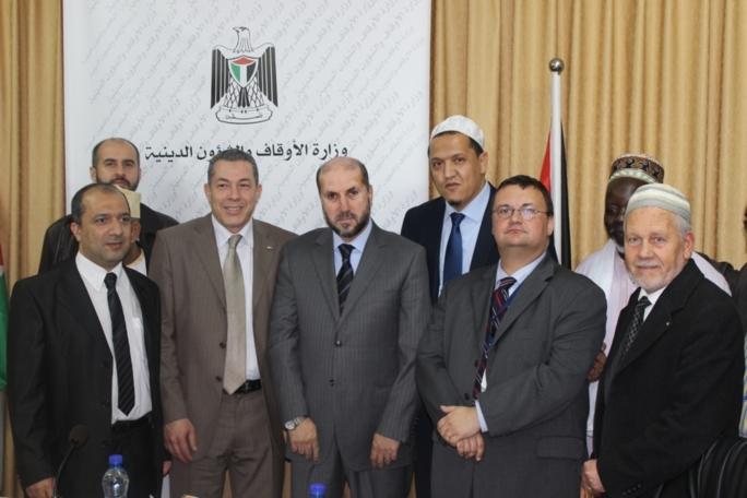La délégation musulmane, dont M. Henniche (à g.), avec le ministre palestinien des affaires religieuses et du Wakf, Mahmoud Habbache.