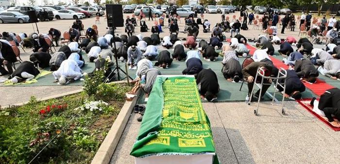 Des centaines de personnes se sont rassemblées pour une prière funéraire en faveur de Mohamed-Aslim Zafis, poignardé devant une mosquée de Toronto le 12 septembre. © NNCM / Facebook