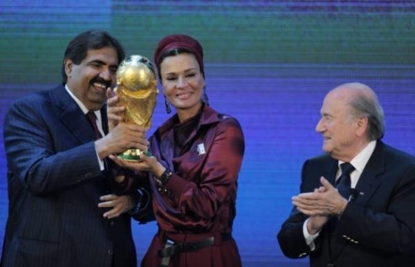 Le Qatar, qui a été désigné pour accueillir la Coupe du monde de football en 2022, est au centre d'une polémique, dont la FIFA et Nicolas Sarkozy sont aussi entachés.