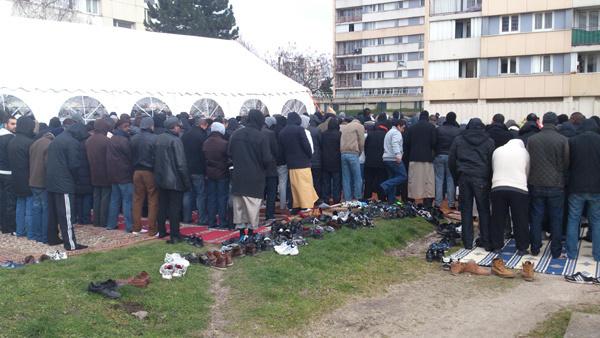Les fidèles d'Epinay-sur-Seine prient dans la tente et à l'extérieur dans le froid lors de la prière du vendredi 22 février.