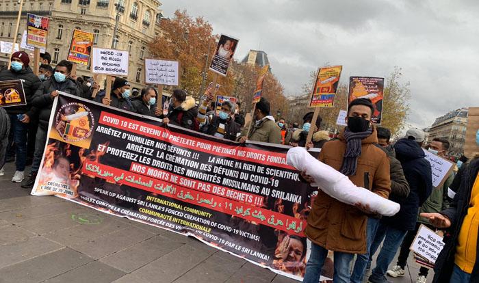 Une manifestation a été organisée à Paris en décembre 2020 pour protester contre l'incinération forcée des personnes contaminées par le Covid-19. © Ali Zahir Moulana / Twitter