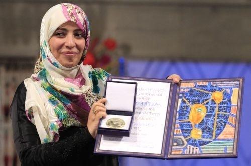 Prix Nobel de la paix en 2011, Tawakkul Karman a fondé, en 2005, Femmes journalistes sans chaînes. Elle est membre du parti islamique Al-Islah. Primée à 32 ans, elle est l'une des plus jeunes prix Nobel de l'Histoire.