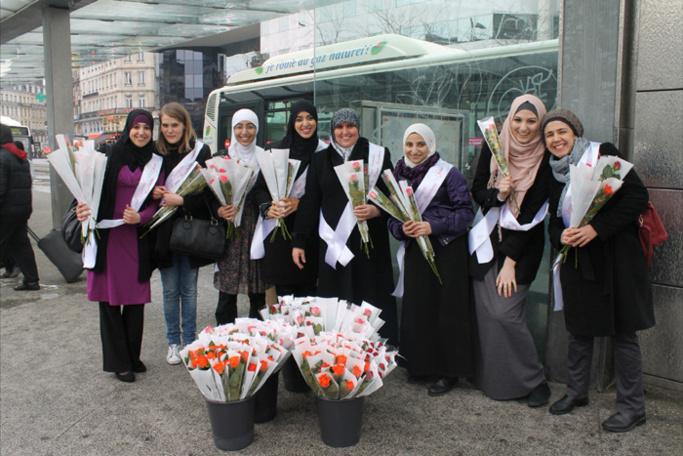 """Les bénévoles de la Ligue Française de la Femme Musulmane (LFFM) lors de l'opération """"Une rose, un sourire"""" à Lille, le 8 mars 2013."""