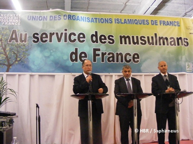 Ahmed Jaballah, président de l'UOIF (au centre), entouré de ses vice-présidents Boubaker El Hadj Amor (à g.) et Amar Lasfar à la conférence de presse de la RAMF 2013, samedi 30 mars.