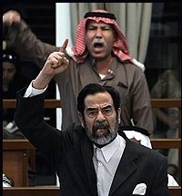 Saddam Hussein et Barzan lors du procès.