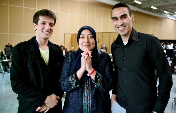 Saïda Ounissi, vice-présidente du Forum des jeunes musulmans européens (FEMYSO), est entourée du président de l'association interreligieuse Coexister, Samuel Grzybowski (à g.), et du secrétaire général, Soufiane Torkmani, à la 30e RAMF de l'UOIF. (Photo : © Coexister)