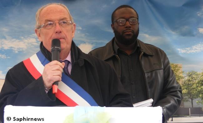 Le maire de Stains, Michel Beaumale, et Moussa Diallo, président de l'ASDIC qui porte le projet de mosquée, ensemble à la cérémonie de la pose de la première pierre, le 6 avril
