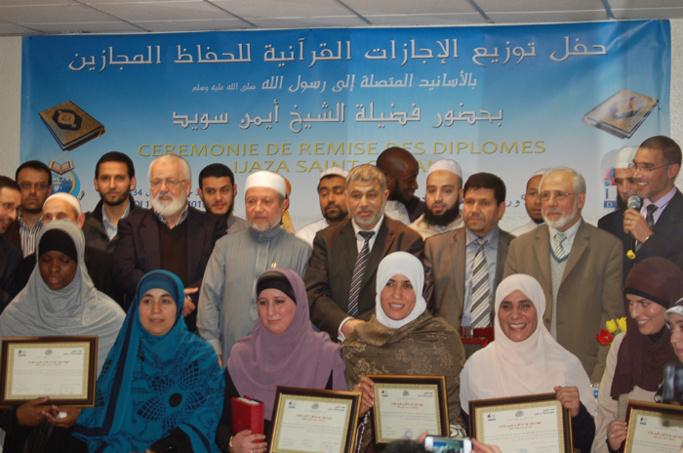 Les diplômés Ijaza Saint Coran avec les responsables de l'IESH Paris dont le président de l'établissement Ahmed Jaballah (au centre).