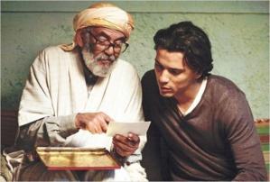 Le regretté Mohamed Majd (à g.), qui interprète ici le vieux Hadj, est aujourd'hui décédé. Il a notamment tourné dans les films d'Ismael Ferroukhi, de Rachid Bouchareb et de Radu Mihaileanu. (Photo : © Mars Distribution)