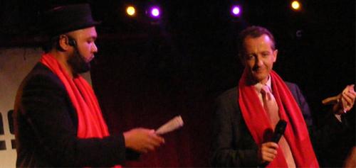 Raphaël Yem (à g.) et Christophe Barbier, le directeur de la rédaction de l'Express, venu recevoir son Y'a Bon Award 2012, un an après avoir été nommé pour ses paroles tenues à propos du Quick halal.