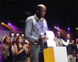 Gilles Sokoudjou, le président des Indivisibles lors du discours de clôture de la 5e cérémonie des Y'a Bon Awards.
