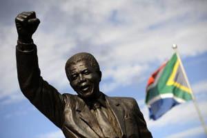 Une statue de Nelson Mandela trône le poing levé devant la prison de Groot Drakenstein, à Paarl, où il a été détenu entre 1988 et 1990.