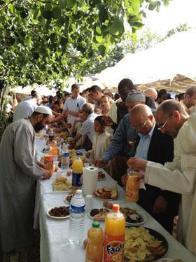 Nombreuses sont les mosquées, comme ici à Orléans, qui organisent une collation après la prière de l'Aïd al-Fitr, qui vient clore le mois de Ramadan durant lequel les fidèles ont investi leurs lieux de culte en invocations, conférences, le jour, et prières de tarâwîh, la nuit.