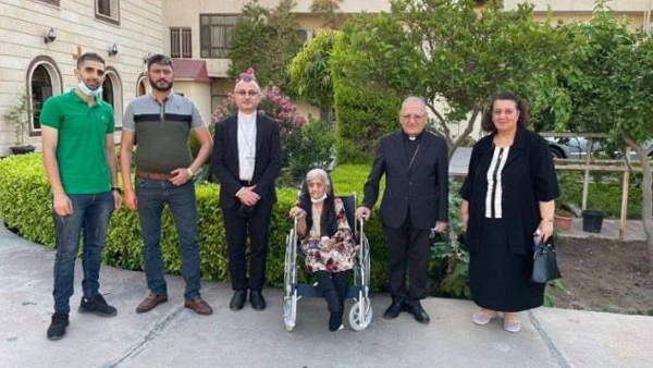 Camilla Haddad (au centre), de confession chrétienne, doit sa vie à un voisin musulman pendant la prise de Moussoul par Daech en 2014. © saint-adday.com