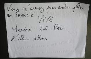 L'affiche raciste découverte sur la porte de la mosquée de Reims.