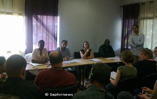 Des habitants de la ville de Trappes témoignent sur les récents événements mettant en cause le rôle de la police. De dr. à g.: Samba Doucouré, Alix Marveaud, Mohamed Kamli et Fanta Ba.