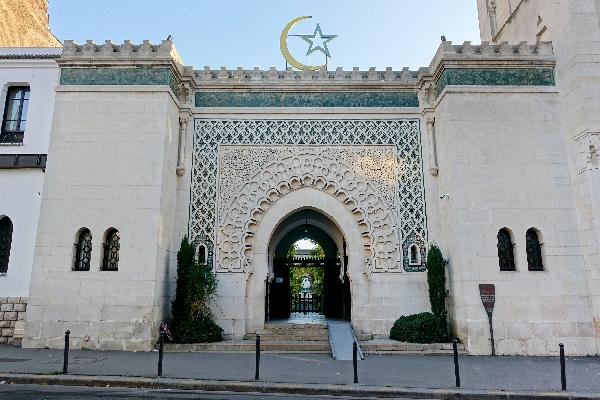 Mila reçue par la Grande Mosquée de Paris avec un Coran pour cadeau