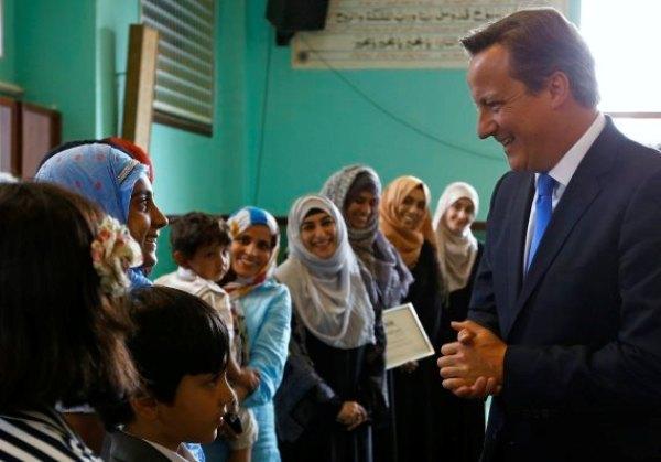David Cameron en visite dans la mosquée Jamia de Manchester pour ses voeux de l'Aïd al-Fitr, le 7 août, s'engage contre l'islamophobie.