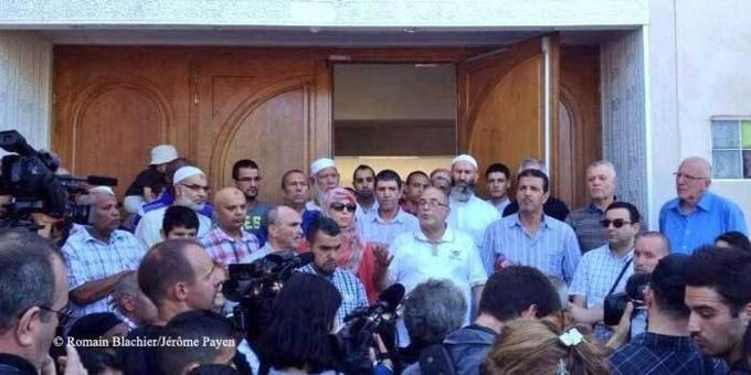 Rassemblement devant la mosquée des Minguettes, à Vénissieux, après l'annonce d'un projet d'attentat le jour de l'Aïd le 8 août. © Romain Blachier/Jérôme Payen
