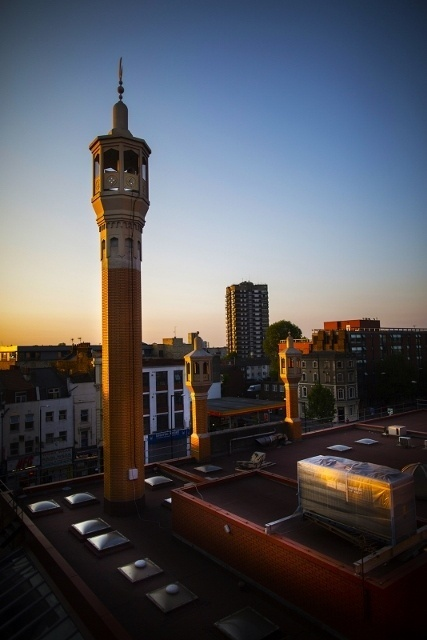 Minaret de la East London Mosque au coucher du soleil (Photo : © William Barylo)