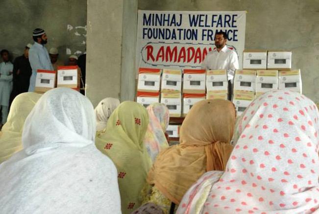Distribution de colis alimentaire au Pakistan par le Minhaj Welfare France lors du Ramadan 2013.
